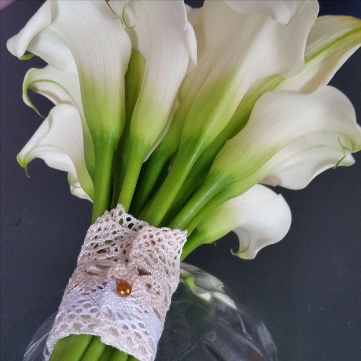 Elegant bukett med vita kallor #kallor #callas #vit #brudbukett #spets #vintage #bröllopsblommor #weddingbouquet #weddingflowers #systerblom