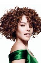 Voluminöse Locken für mittellanges Haar