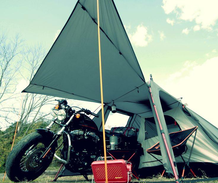 バイクが愛しいあなたへ。バイクツーリングキャンプを愛するすべてのライダースへ。バイクと一緒に寝られるテント。  バイクツーリングキャンプの際にはバイクと一緒に寝たい。その夢叶えます。ワンタッチで寝室、バイク収納スペース、リビングスペースが完成するバイクツーリング用2ルームテントです。バイクツーリング時のバイクへの積載を想定した58㎝コンパクト設計。バイクツーリングキャンプでは、少しでも道具や装備をコンパクトにしたいもの。バイクソロツーリングはもとより、タンデムツーリングでは尚更。そんなライダースのツーリングキャンプをより豊かに手軽にする、夢のライダースバイクインテントです。   #キャンプ #アウトドア #テント #タープ #チェア #テーブル #ランタン #寝袋 #グランピング #DIY #BBQ #DOD #ドッペルギャンガー #camp #outdoor #ソロキャンプ