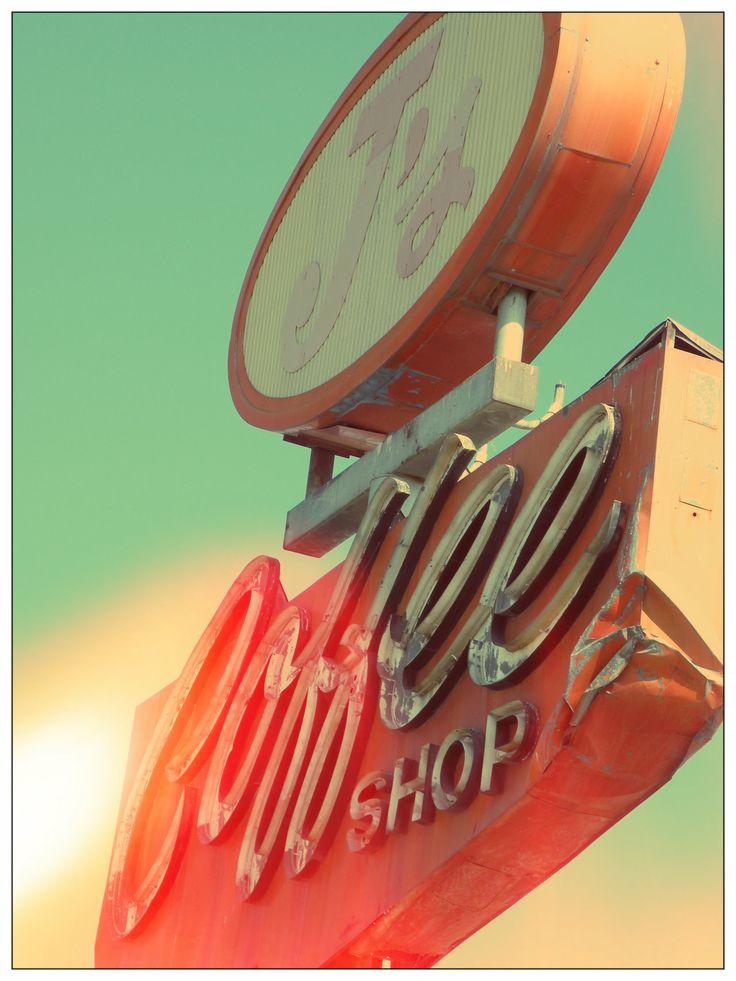 Rotulo de un coffee shop en modo americano antiguo, con abolladuras, llamativo sus colores rojos y blancos desgastados dando sensacion de antiguedad.  Alejandro Estevez
