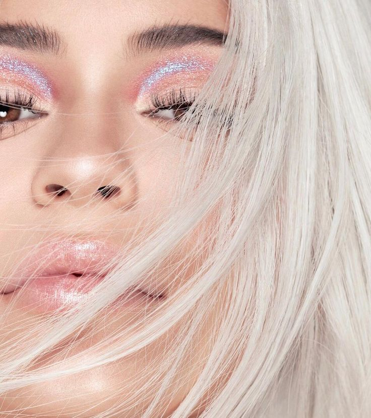 """1 mi curtidas, 29.3 mil comentários - Kylie (@kyliejenner) no Instagram: """"@kyliecosmetics HOLIDAY 2017 launches NOVEMBER 22ND ❄️"""""""