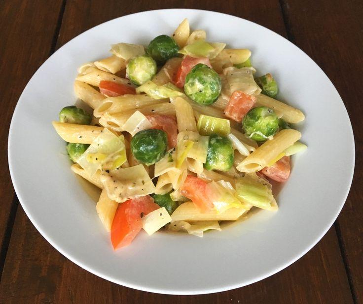 Voor ongeveer een eurootje maak je deze heerlijke Pasta met prei en spruitjes. Als je meer spruitjes wilt eten, is dit een heel fijn recept voor 1 persoon.