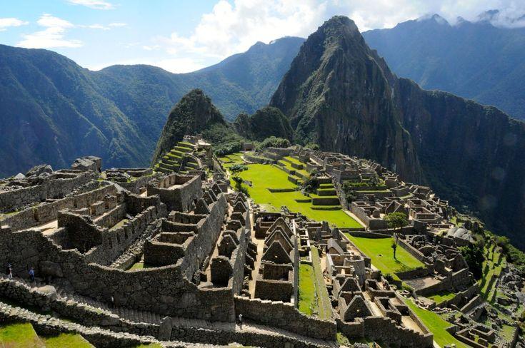 La imponente ciudadela de Machu Picchu fue construida por los Incas a mediados del siglo XV por órdenes del emperador Pachacútec, durante la época de expansión del imperio estableciéndose en Cuzco en el año 1200 d. C. En 1913, la National Geographic publicó un artículo de los trabajos que ahí se realizaban, dando a conocer la ciudadela al mundo entero. La importancia turística de la ciudadela iría creciendo, llegando a ser proclamada Patrimonio de la humanidad por Unesco, en el año 1983.