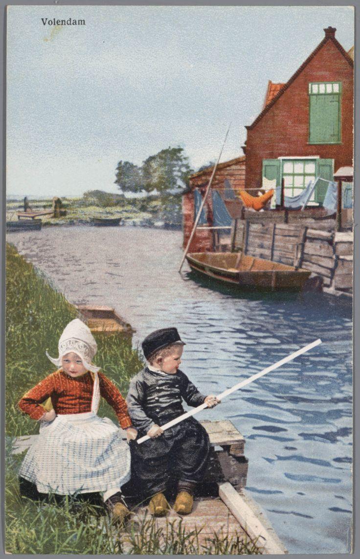 Jongen en meisje in Volendammer streekdracht. na 1905 #NoordHolland #Volendam