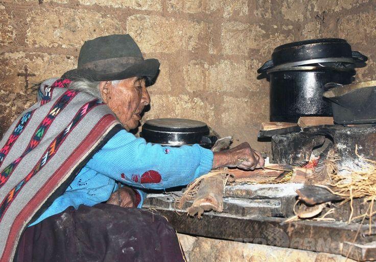ペルー・ワンカベリカ(Huancavelica)州の自宅で食事中の1897年12月20日生まれで現在116歳とされるフィロメナ・タイペ・メンドーサ(Filomena Taipe Mendoza)さん(2014年4月30日撮影、ペルー開発・社会包摂省提供)。(c)AFP/MIDIS/HO ▼3May2014AFP|ペルーに暮らす女性、世界最高齢か 116歳4か月 http://www.afpbb.com/articles/-/3014113 #Huancavelica #Filomena_Taipe_Mendoza #116_year_old