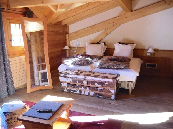 chambre lit simple le chalet mounier ambiance montagne coffre en peau de vache