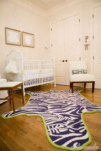 Quarto de bebê minimalista em azul-marinho e verde-limão