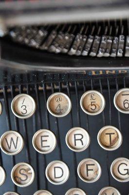 A Cesenatico una delle prime macchine da scrivere con la @