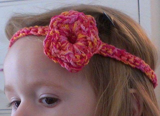 Hippie-Haarband mit Häkelblume http://schoenstricken.de/2012/09/hippie-haarband-mit-hakelblume/