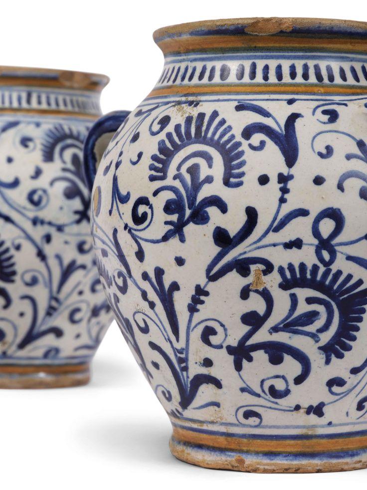 particolare COPPIA DI ORCIOLI  CAFAGGIOLO, 1520-1530 CIRCA  Maiolica, corpo ceramico di colore beige rosato chiaro rivestito di ingobbio; smalto color bianco abbastanza lucente, che si estende all'interno del contenitore. Dipinti in bicromia con blu di cobalto e giallo ocra.  Alt. cm 14,2, diam. bocca cm 9, diam. piede cm 7,3.