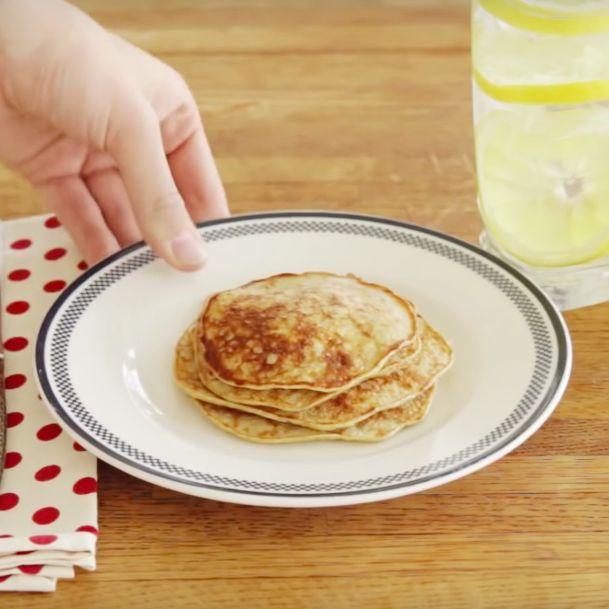 Je hebt zin in pannenkoeken, maargeen tijd om uren in de keuken te staan? Of je hebt niet de nodige ingrediënten in huis? Deze pannenkoeken maak je op 1-2-3met slechts 2 ingrediënten! Dit heb je nodig: 1 banaan, 2 eieren. Optioneel: kaneelpoeder. Plet de banaan met een vork. Voeg de 2 eieren toe en meng … Continued