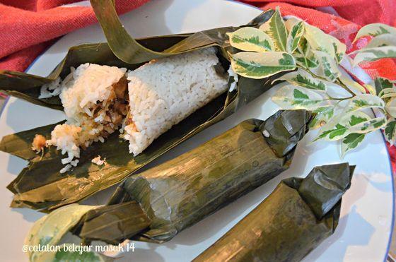 #MasakanJawaMadura.  Arem-arem sering dibuat ibu jika pergi piknik.  Arem-arem adalah makanan asal Jateng berupa nasi yang diaron dengan santan kemudian diisi lauk lalu dikukus hingga matang.