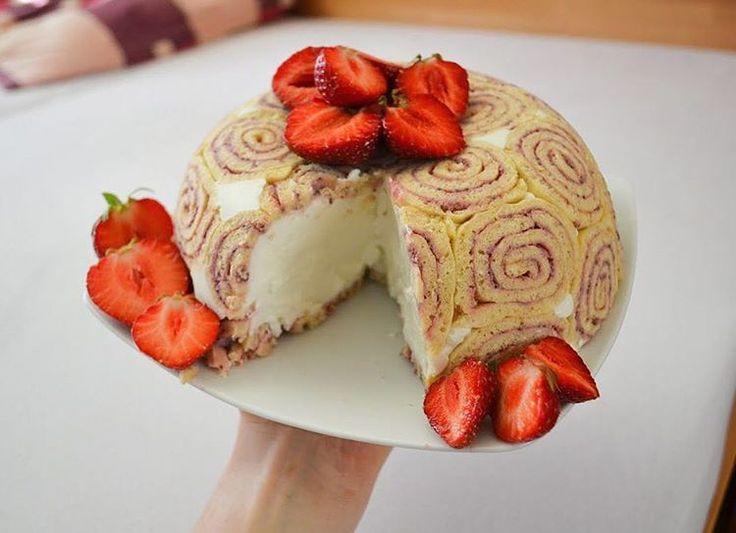 Jahodový dort od @zuzanatalasova ➡Na korpus: •3 vejce •100g jakékoliv mouky (já dala rýžovou a žitnou) •sladidlo ➡Na náplň: •200g jahod •2 lžíce chia (asi 20g) ➡Na krém: •750g tvarohu •300g jogurtu •20g kokosu •želatina •sladidlo + můžou být i jahody ➡Vyšleháme vejce se sladidlem a přisypeme mouku. Těsto rozetřeme na plech vystlaný pečícím papírem na co nejtenčí vrstvu a dáme péct na 180° na 5 minut. Poté necháme placku vychladnout. Mezitím si připravíme náplň: jahody rozvaříme v hrnci a…