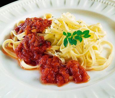 Inget går upp mot en riktig italiensk tomatsås. Krydda tomatsåsen med basilika och vitlök och avnjut tillsammans med pasta eller köttbullar. Buon appetito!