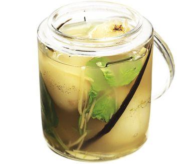 Ett perfekt efterrätt att tillaga när du vill bjuda dina vänner på något elegant och fräscht. De kokade päronen läggs i burkar och sveps in i en smidig ingefärslag bestående av bland annat myntablad, vaniljstång och limejuice.