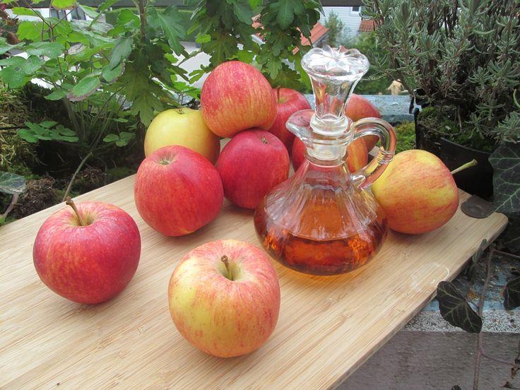 O jablečném octu je všeobecně známo, že pomáhá na spoustu nemocí a problémů. Nemusíme vyzdvihovat jeho účinky a přínosy pro lidské tělo. Pravidelná konzumace je pro tělo přínosem. Tento článek nepojednává o tom, jak jablečný ocet pomáhá, kde všude může působit, ale o tom, jak si jablečný ocet připravit doma. Domácí výroba Domácí jablečný ocet …