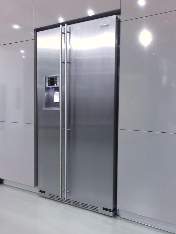 De General Electric Amerikaanse koelkast uitgevoerd met geheel vlakke deur en bar. Fraai te integreren met bijpassende inbouw kit. (foto: General Electric op BatiBouw)