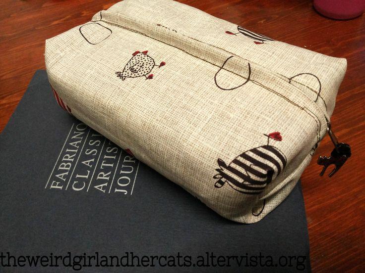 oggi condivido con voi come ho realizzato un comodo astuccio da zero, utile per le penne ma anche come comoda pochette da mettere in borsetta!
