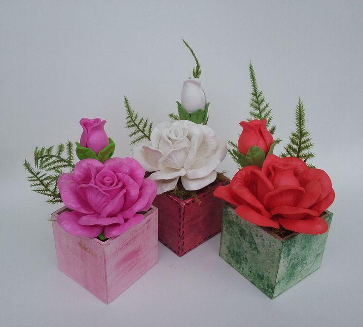 Mini arranjo de flores em eva elaborado com vaso de mdf. Excelente opção para lembrancinhas. Diversas opções de cores e flores. Oferecemos desconto para grandes quantidades. Para quantidades abaixo de 12 unidades, entrar em contato.