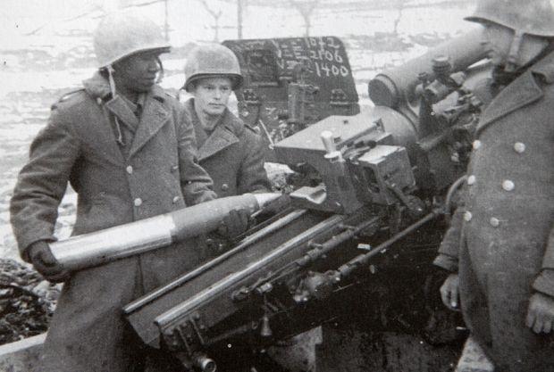 Brazilian Soldiers in Montese, Italy  Artilheiros da FEB municiam um obuseiro de 105 mm para disparar contra Montese no início da ofensiva da primavera, em abril de 1945