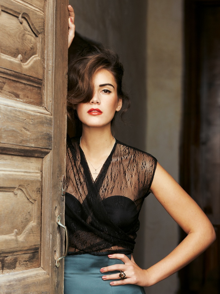 .Black Lace, Colors Combos, Fashion, Lace Tops, Skirts, Style, Outfit, Red Lips, Hair Makeup