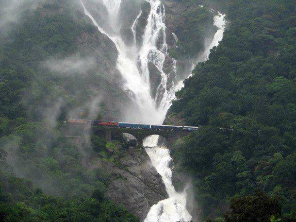 """Ferrocarril bajo una cascada en el sur de """"Goa"""""""