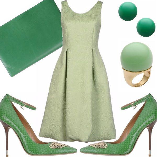 Abito in tessuto lavorato color verde chiaro modello anni 50 con gonna ampia, scarpe in pelle pitonata color verde con cinturino alla caviglia  e dettaglio in metallo , anello con pietra a sfera color verse, clutch in pelle verde smeraldo, orecchini a bottone color verde smeraldo