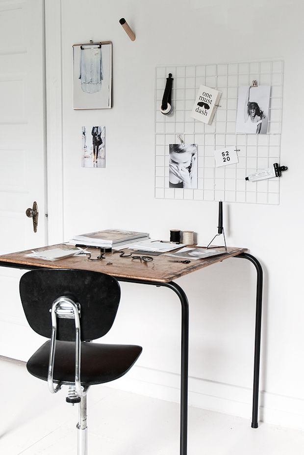 Home office with crisp white walls and vintage desk in a bloggers home / Bianca Wippe / S2 20.