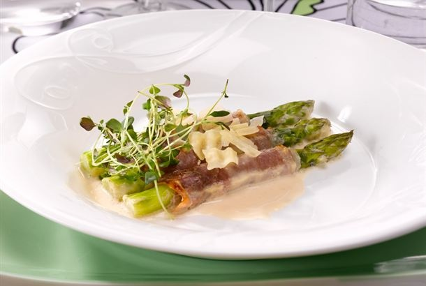 Tuoretta parsaa ja parmankinkkua / Fresh asparagus http://www.valio.fi/reseptit/tuoretta-parsaa-ja-parmankinkkua/  Kevään kunniaksi alkuruoaksi sopii tuore parsa parmankinkun kera.