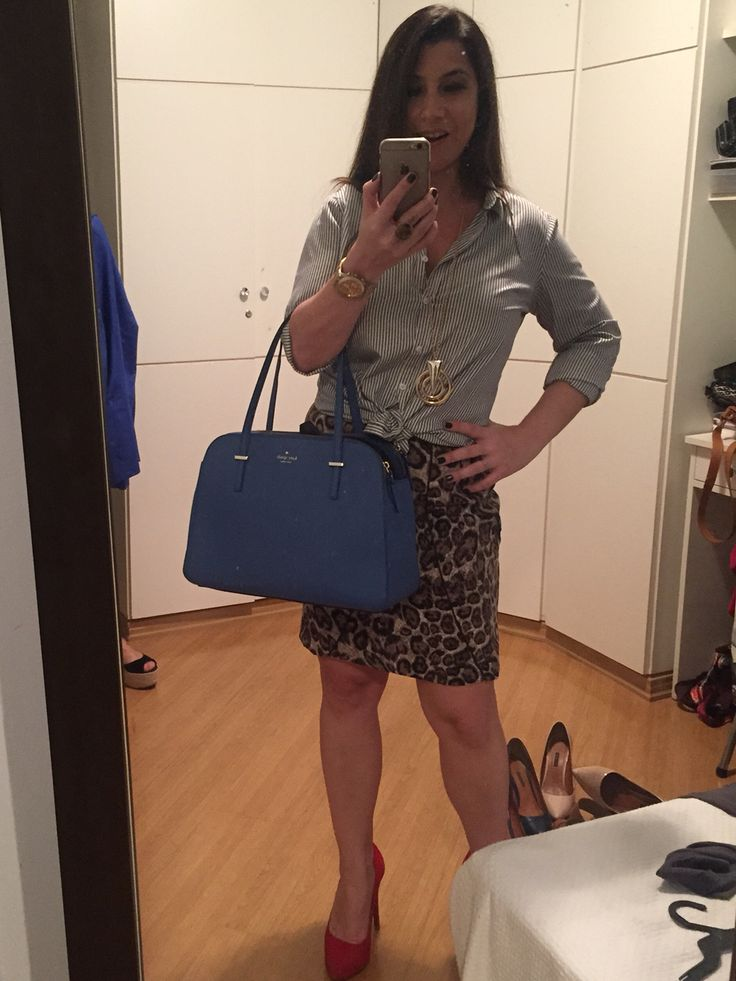Saia de onça, sapato vermelho, camisa de alfaiataria listrada e bolsa azul. Quase um arco-íris de felicidade e estilo. Amei! Nunca teria escolhido uma roupa assim. Tks Assinatura de Estilo