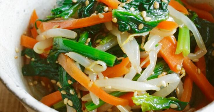 ★★★つくれぽ400件話題入りレシピ★★★ ほうれん草、にんじん、もやし! 色鮮やかなナムルはお弁当にも♪ 作りおきにも