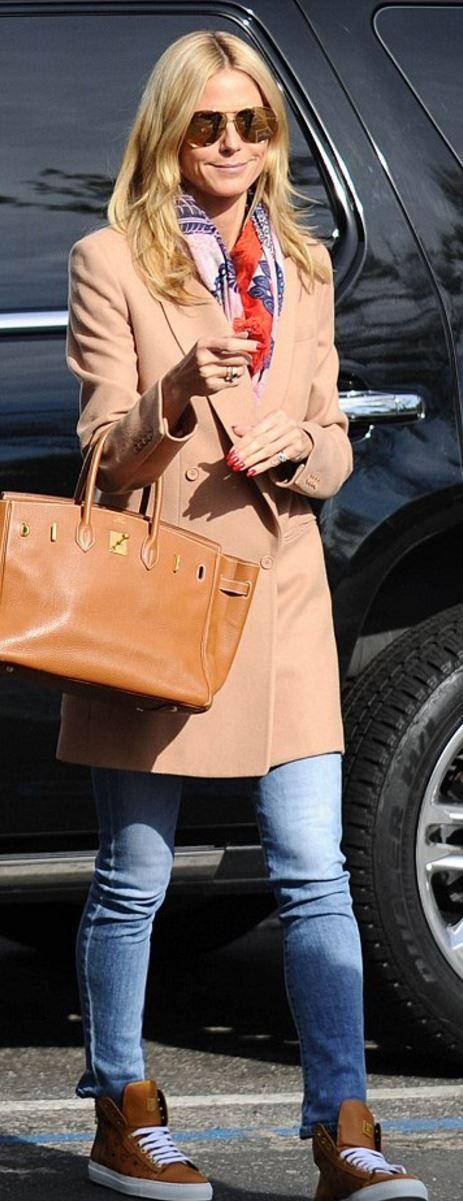 Who made  Heidi Klum's brown print sneakers, gold aviator sunglasses, and tan handbag>