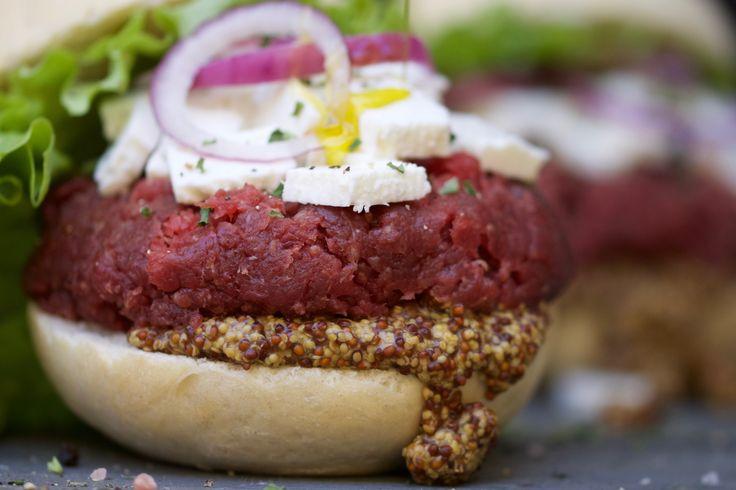 PìST BURGER: hamburger di maggio 2016 con pane classico, battuta di cavallo, primo sale, cipolla di Tropea, insalata