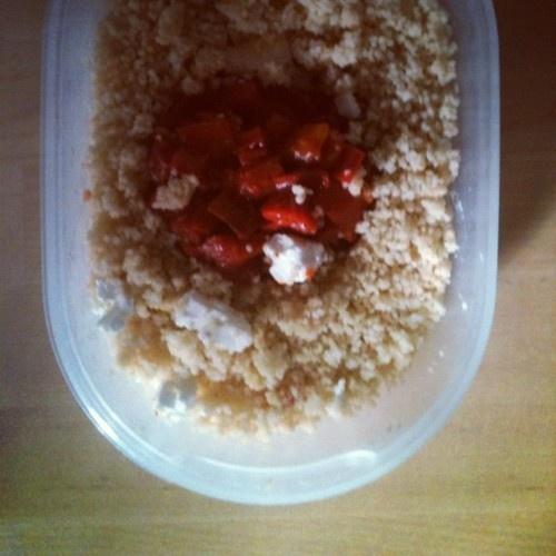 #Schiscetta mediterranea, peperoni saltati con pomodori, semi di finocchio, cous cous e feta. Tempo di preparazione 20 minuti