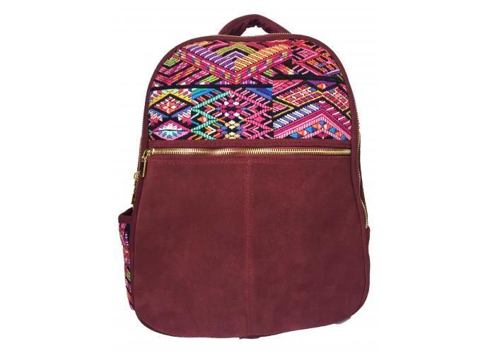 Back Pack con bordado artesanal de Chichicastenango, Guatemala. Medidas: 29 cm ancho x 37 cm alto x 12 cm de profundidad Color: Gamuza vino Interior de capitonado muy suave y acolchonado Cierres metálicos en color oro Correas traseras en algodón