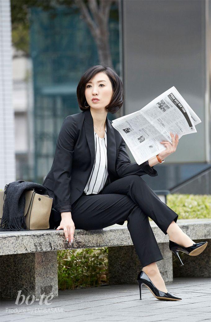【bo-te】ブラックのパンツスーツとストライプのブラウスとを使った3月4日のレディースコーディネートを紹介するページ|黒白でビシッとキメるパンツスーツスタイル