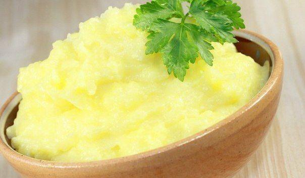 9 уникальных рецептов картофельного пюре    1. Картофель 10 минут проварить в воде, после чего воду слить, залить кипящим молоком и довести до готовности. Размять в пюре.    2. Картошку размять в пюре. Сметану перемешать с тертым сыром и мелко нарезанным чесноком, заправить этой смесью картошку. Пюре нужно подержать немного в духовке, чтобы сметана прогрелась.  Показать полностью..    3. Картошку размять в пюре, залить кипящим куриным бульоном (по аналогии рецепта пюре с молоком), хорошо…