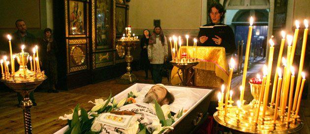 Le corps de l'écrivain et ancien dissident russe Alexandre Soljenitsyne repose dans son cercueil, lors de la cérémonie religieuse organisée à la grande cathédrale monastère de Donskoï © GREENFIELD/SIPA