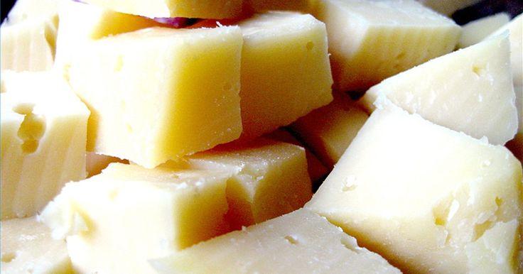 Clases de quesos . Hay más de 400 variedades de quesos en el mundo. Según Robert C. Goss de la Universidad Loyola, hay 28 tipos básicos de quesos. Señala que la mayoría de los quesos están hechos de leche de vaca, pero también pueden hacerse con la de otros animales como cabras. camellos, búfalo e incluso de reno. Aunque hay muchas clases de quesos, el proceso ...