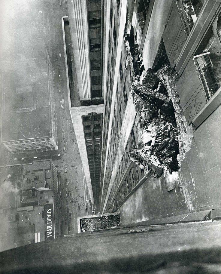 L'accident aérien du B-25 Mitchell    Le samedi 28 juillet 1945, à la fin de la Seconde Guerre mondiale en Europe, un bombardier B-25 Mitchell s'écrasa sur la face nord de l'immeuble au niveau du 79e étage, alors qu'il volait par un épais brouillard (le brouillard fut tel que le pilote aurait dit aux contrôleurs « ... c'est très difficile, je ne vois même pas l'Empire State... »). L'incendie fut éteint en 40 minutes mais 14 personnes périrent dans l'accident.