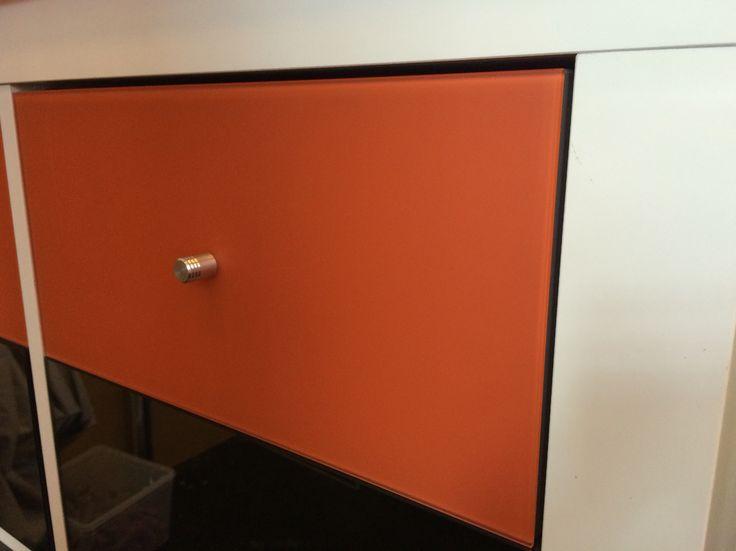 Exemple d'habillage et personnalisation d'un meuble Ikea avec un verre laqué dépoli de 4mm. Collé avec de la colle à miroir Bohle.