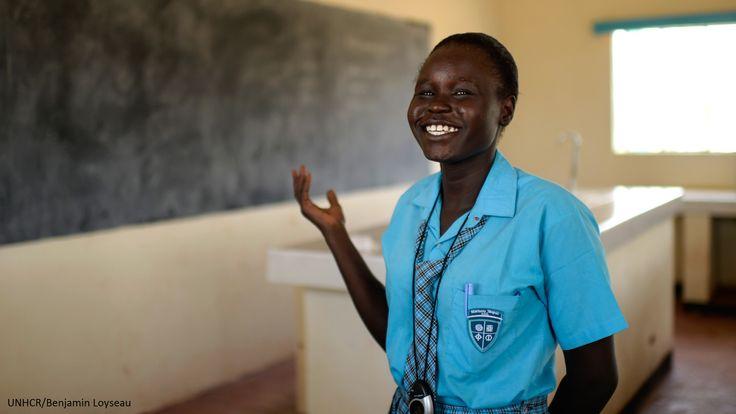 Esther, 17 anni, è fuggita dalla guerra in Sud Sudan e vive nel campo rifugiati di Kakuma, in Kenia, dal 2009. Nessuno pensava che lei, figlia di un'analfabeta, potesse essere brava a scuola. Ma la sua determinazione le ha permesso di entrare nella scuola più moderna del campo, dove sta ricevendo un'istruzione di qualità. Sente la mancanza del suo paese d'origine e spera un giorno di tornare lì da neurochirurgo, pronta a fare la differenza per la popolazione.