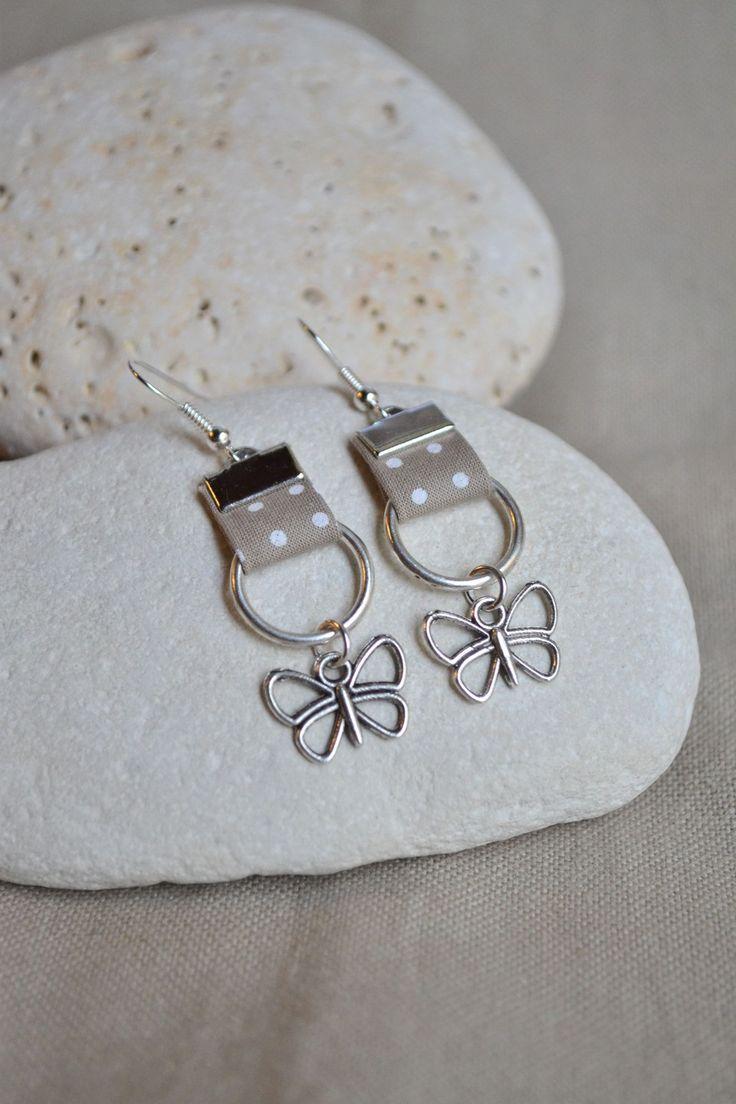 Boucles d'oreilles avec tissu liberty taupe et anneau argenté : Boucles d'oreille par libelula-crea