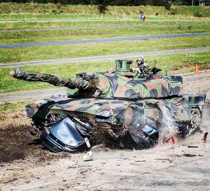 #MatosTerre chaque semaine une fiche matériel ℹ Nom de code : LECLERC Équipage : 1 chef de char 1 opérateur tourelle 1 pilote  Longueur : 987 m avec le canon  Largeur : 360 m Masse au combat : 56 T Armement : canon de 120 mm stabilisé mitrailleuse coaxiale 127 mm mitrailleuse tourelle 762 mm pots lanceurs (fumigènes grenades leurres) Vitesse : 55 km/h (tout-terrain) 70 km/h (sur route) Autonomie : 550 km Capacités de feu de mobilité et de protection le char d'assaut Leclerc dispose également…