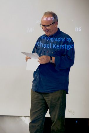 OSTKREUZSCHULE - Michael Kerstgens An der OSTKREUZ Schule für Fotografie wird auf schrittweise Erfahrungen in den wichtigsten Bereichen der Fotografie Wert gelegt. Schwerpunkte der Ausbildung sind die Schulung des fotografischen Sehens, die Erarbeitung und Förderung der eigenen fotografischen Handschrift, die umpfangreiche Vermittlung der Fotografiegeschichte und der sichere gestalterische Umgang mit dem Medium Fotografie.