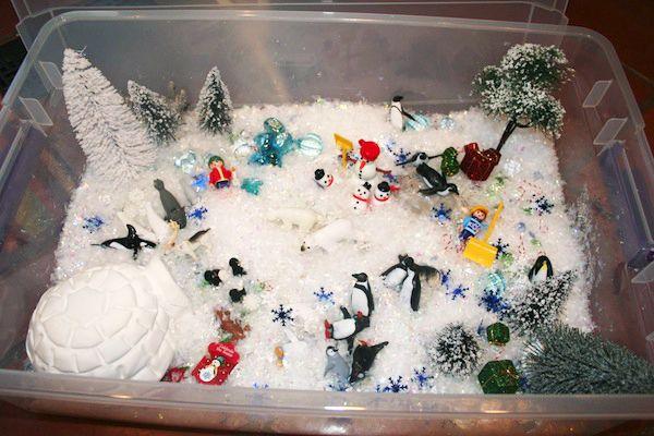 Сенсорная коробка  Можно сделать тематические зимние сенсорные коробки (или просто игровые).  Помимо искусственного снега (вышеупомянутого порошка или хлопьев), можно взять рис, манку, белую фасоль, ватные шарики, синтепух, белую ткань или же настоящий снег)