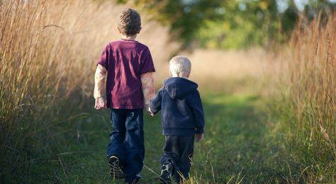 Geschwister sind ein Geschenk aus Fleisch und Blut. Sie sind Kameraden, die dir deine Eltern zur Seite stellen, um dich zu begleiten, wenn sie es nicht mehr können. Sie erinnern dich an das Lächeln deiner Mutter, an die Augen deines Vaters und an jeden Moment eurer Kindheit. Ihre Mischung ist die selbe wie die deine, die gleichen Komponenten, nur anders proportioniert. Sie werden dir immer die natürlichste und reinste Form der Freundschaft schenken, die existiert. Auch wenn ihr euch mal ...