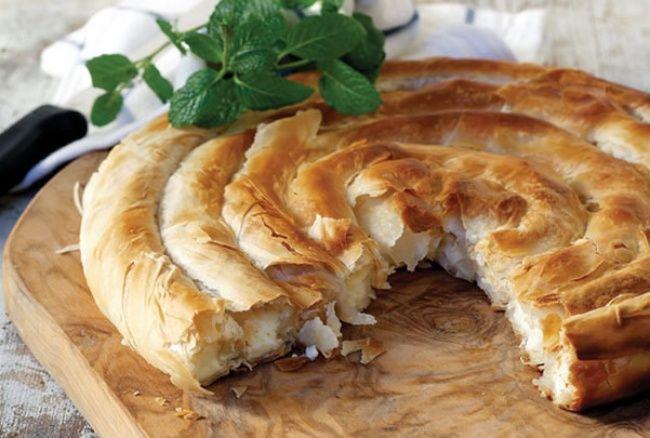 Слоеное тесто — универсальный продукт. Из него можно приготовить несметное количество абсолютно разных блюд и все они будут фантастически вкусными. 1. Спиральный пирог ИНГРЕДИЕНТЫ 500 г слоеного те…