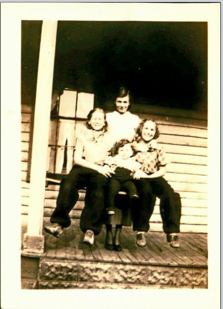 My great Aunts and Great Uncle (center) on the farm Cortland NY 1913? http://ift.tt/2ezlFNc