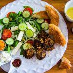 Arabische lamsburgers met spinaziesalade. Deze lamsburgers draai je makkelijk en snel in elkaar met behulp van een keukenmachine. Verse spinazie kun je bijvoorbeeld bakken, maar ook rauw verwerken in een salade. Bij dit gerecht wordt er een Griekse salade van gemaakt met een eenvoudige te maken lekkere dressing. Samen met  wat (Turks) brood en wat lekkere bijpassende dipsausjes een lekker en compleet diner. Check voor dit recept www.vertruffelijk.nl en like de pagina op facebook.